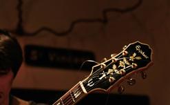 Martin avec sa guitare