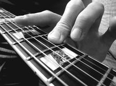 Corde jouée avec la pulpe du doigt